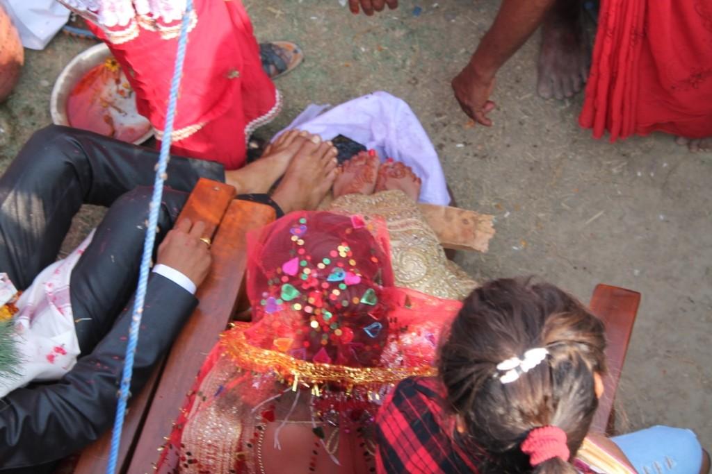 Da standen ihre Füße (das auf den Füßen der Braut ist Henna), die immer wieder mit Wasser übergossen wurden.