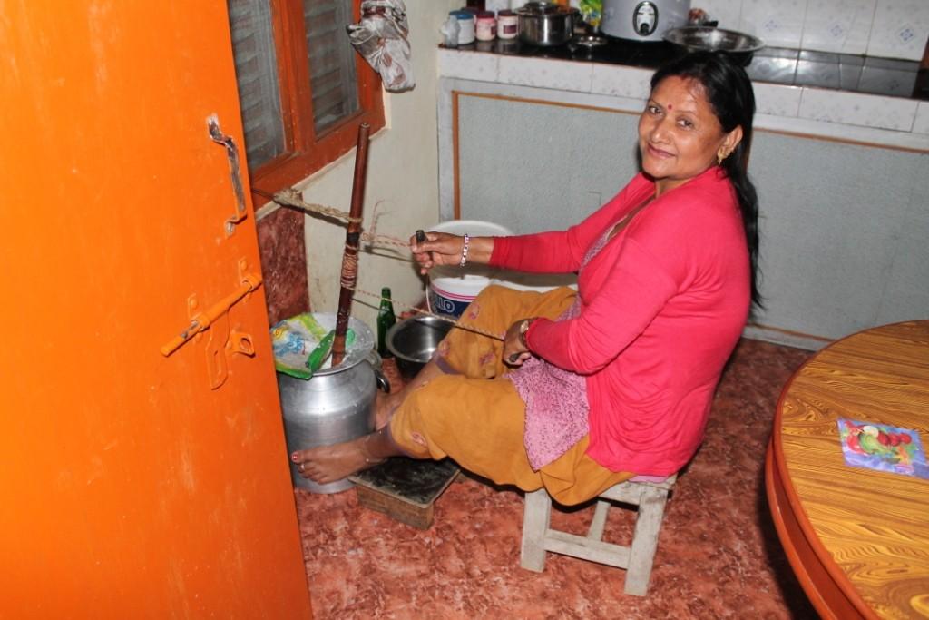 Die Gastmutter beim morgendlichen Workout mit der Milch.