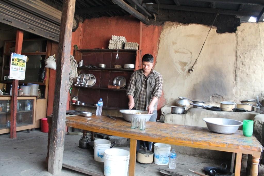 """Nachdem wir die Brücke begangen haben, sind wir in eine kleine Hütte gegangen, wo wir in dieser """"Küche"""" live bei der Zubereitung unseres Essens zuschauen konnten."""
