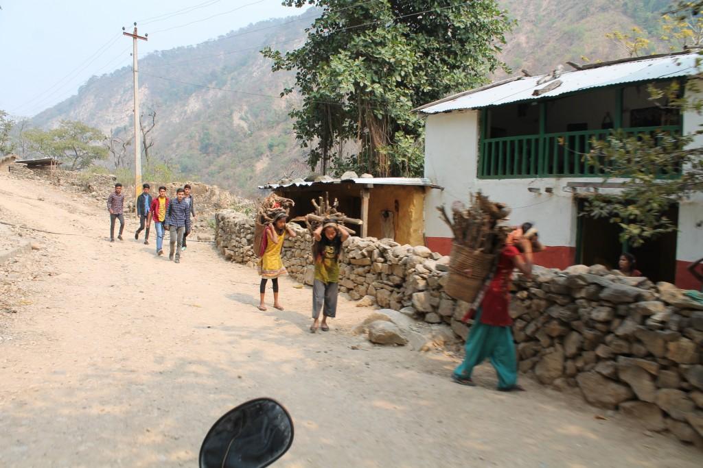 Auf dem Weg haben wir ein paar Einblicke in das augenscheinlich harte Leben in den abgelegeneren Dörfern bekommen.