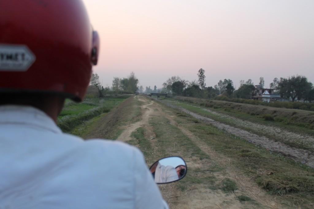 Solche Straßen gibt es eher, und natürlich kann ein Motorrad da problemlos fahren...