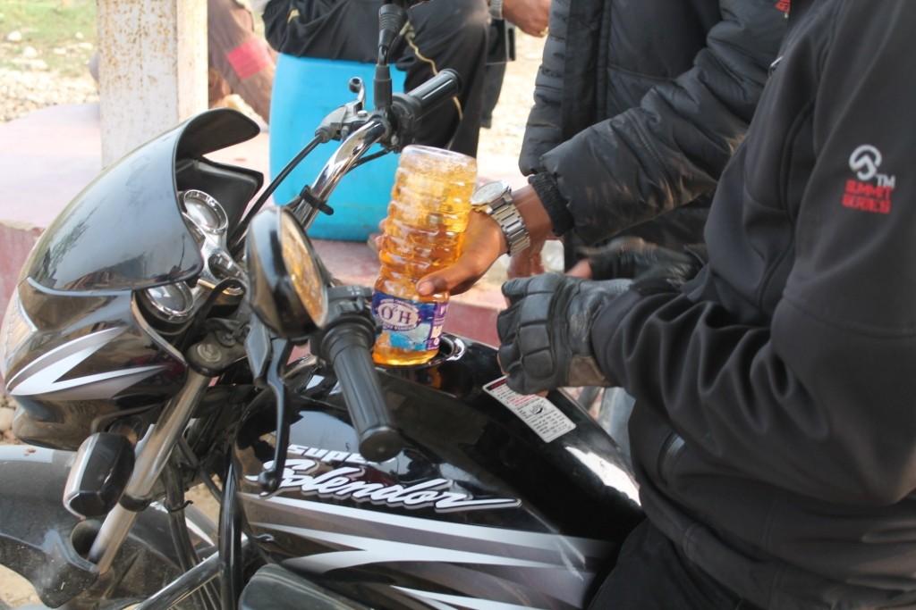 Nach ein paar Minuten haben wir einen Stopp an der Tankstelle gemacht, wo das Benzin einfach vom Kanister in eine leere Wasserflasche, und von dort in das Motorrad geleert wurde...:)