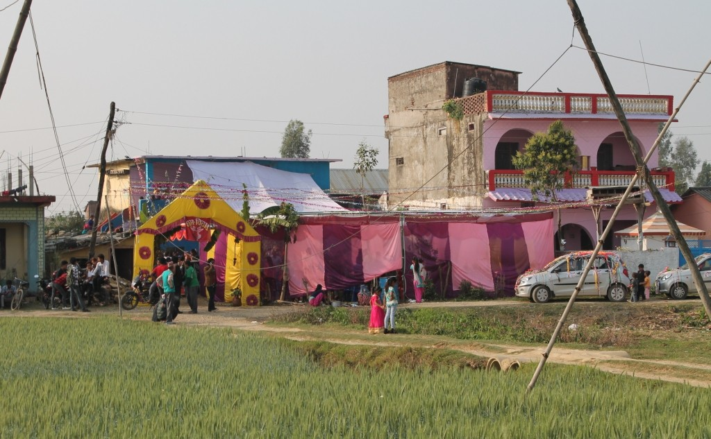 """Unverkennbar, dass in diesem Haus ein Fest stattfindet. Man sieht hier auch, dass es hier nicht nur kleine Lehmhütten gibt. Diese isolierten und unentwickelten Dörfer gibt es in Nepal zwar durchaus auch, aber das ist keineswegs das, was eine durchschnittliche """"Village"""" ausmacht."""