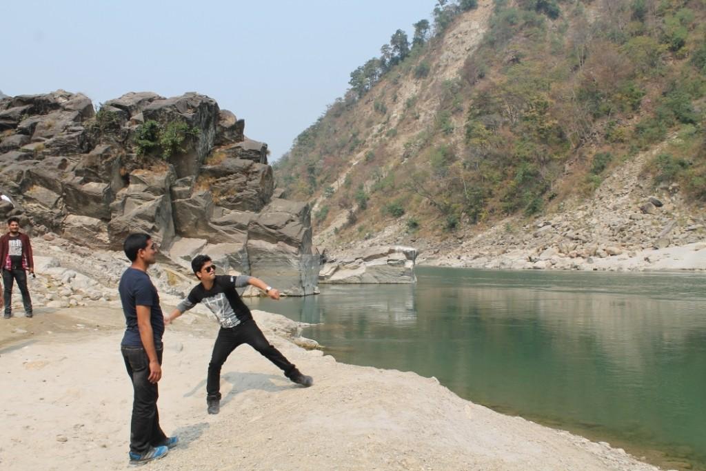 Unsere nepalesischen Begleiter haben Steine über das Wasser geflippt und versucht das andere Ufer zu treffen...