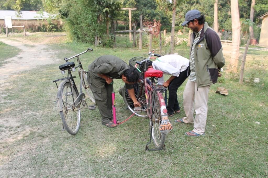 Wie viele Nepalesen braucht man, um ein Fahrrad aufzupumpen? Richtig, vier!:) Mit diesen Fahrrädern sind wir zur Elefantenzuchtstation gefahren.