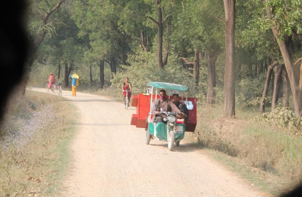 Wenn man einen Schrank transportieren will, aber nur eine kleine Elektrorikscha hat, dann transportiert man eben den Schrank auf der Elektrorikscha!