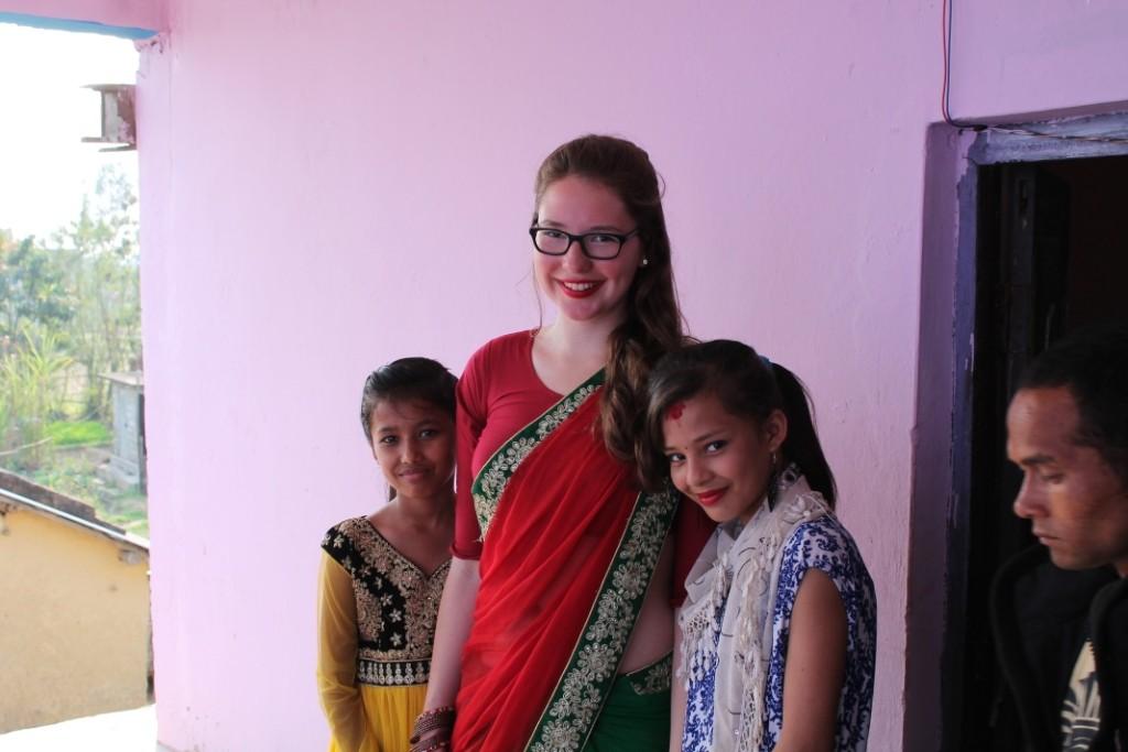 Und wieder einmal wollte jeder ein Foto mit uns, erst recht, als ich mal in den Sari gepackt, oder besser gesagt gewickelt, war.