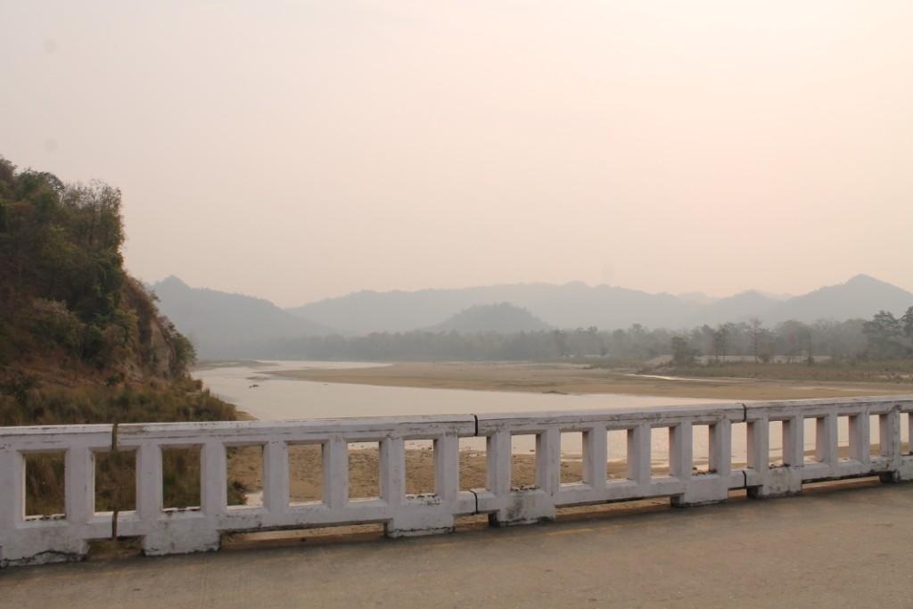 """Obwohl wir eigentlich im Terai, dem """"Flachland"""" von Nepal waren, konnte man hier schon wieder die Berge der Hilly Region sehen."""