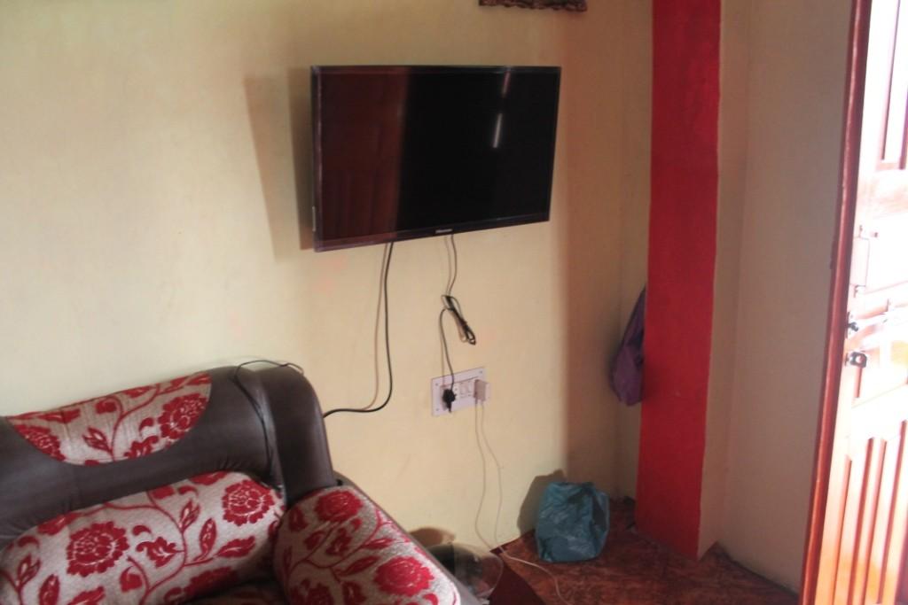 Hier ist auch das Prachtstück: Der Fernseher.