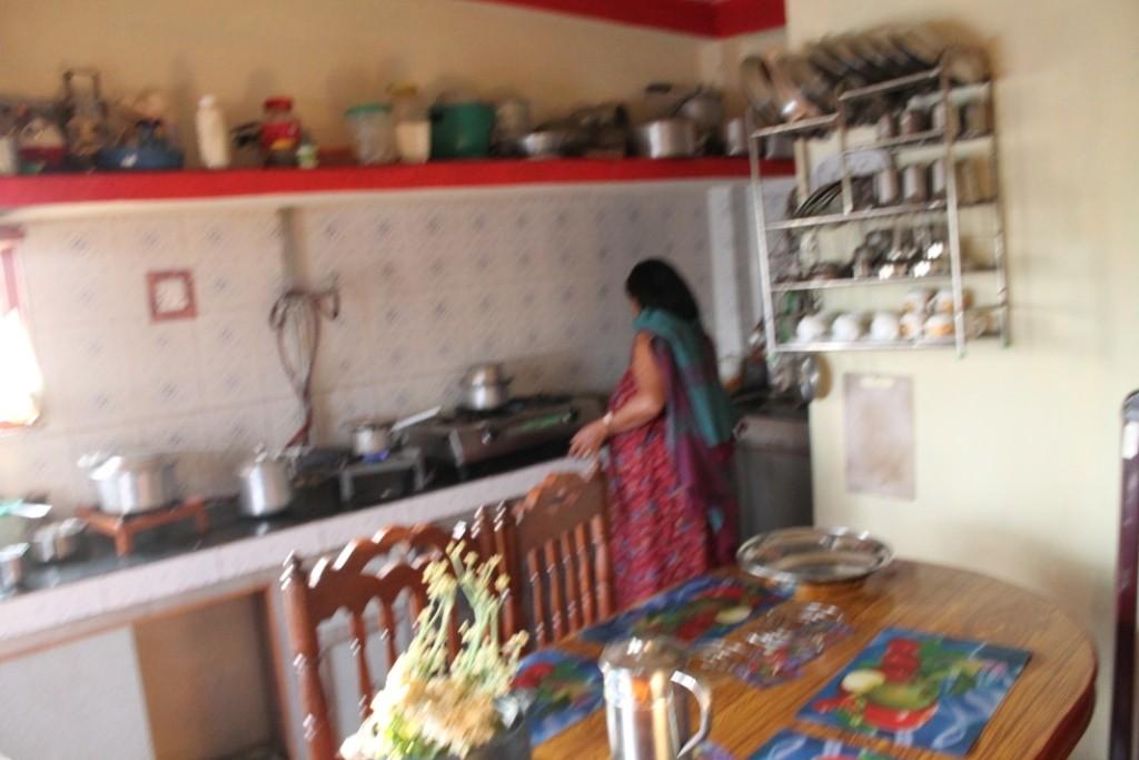 Die Küche (ich habe nur dieses eine Foto, weil ich mir nicht sicher war, ob das Fotografieren der Küche so gut kommt. Ursprünglich hieß es nämlich, dass wir aus kulturellen Gründen die Küche gar nicht betreten sollen, aber am Ende haben wir sogar in der Küche gegessen.)