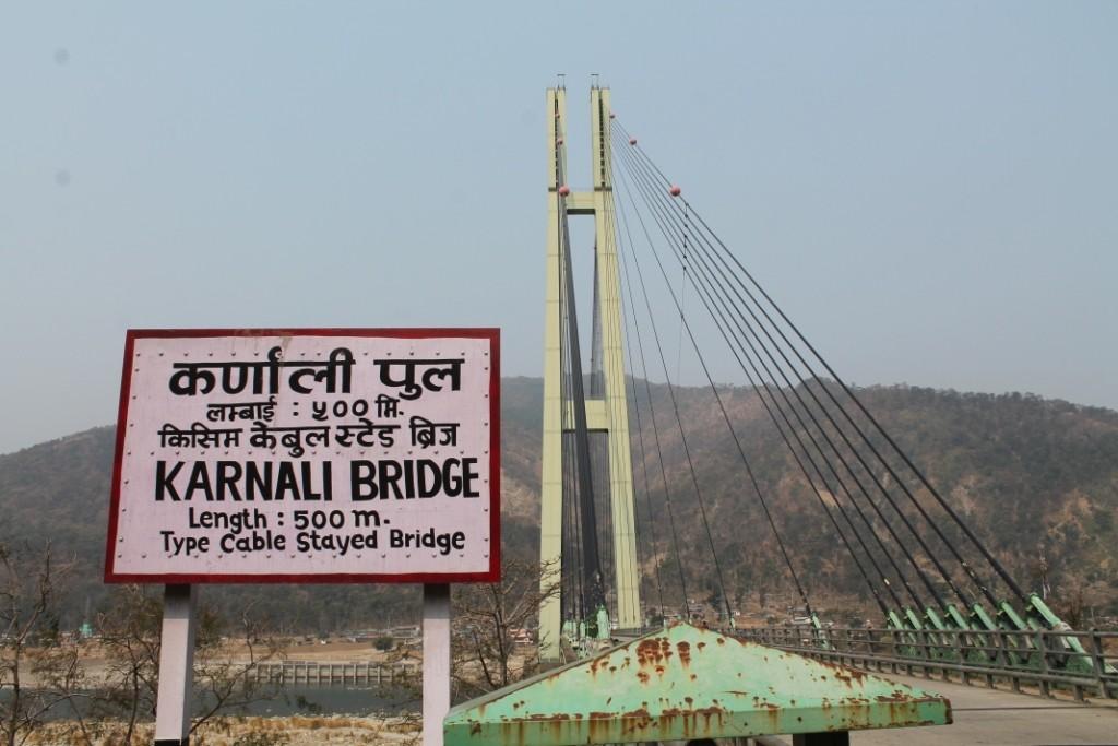 Nach ungefähr einer Stunde auf dem Motorrad haben wir dann die Karnali Bridge erreicht, die mit ihren 500m die zweitlängste Brücke Nepals und die einzige mit einer derartigen Architektur, weshalb sie für viele wirklich eine Sehenswürdigkeit ist.