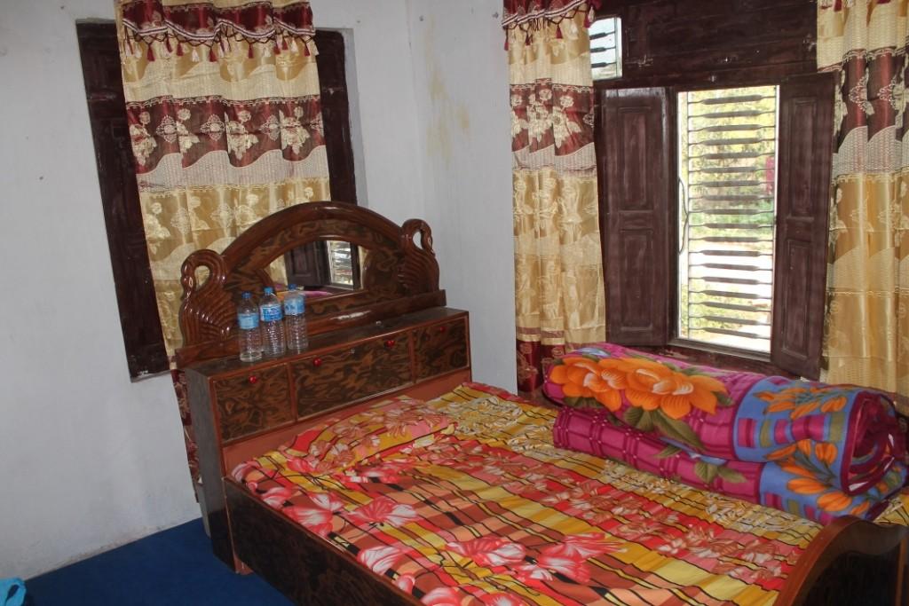 Mein Zimmer, das ursprünglich einem der drei schon ausgezogenen Söhne gehörte. Leider war das Bett nicht mal halb so bequem wie es aussah...