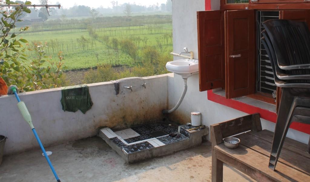 Die Waschecke, mit richtigem Waschbecken und nochmal zwei Hähnen in der Wand.
