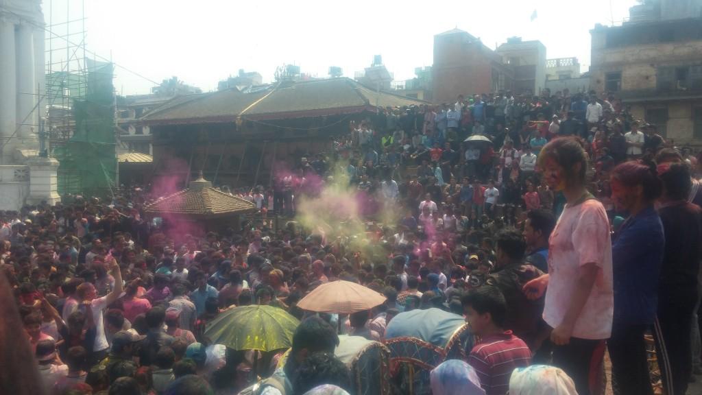 Hier sieht man die feiernde Menschenmenge zwischen den Tempeln.